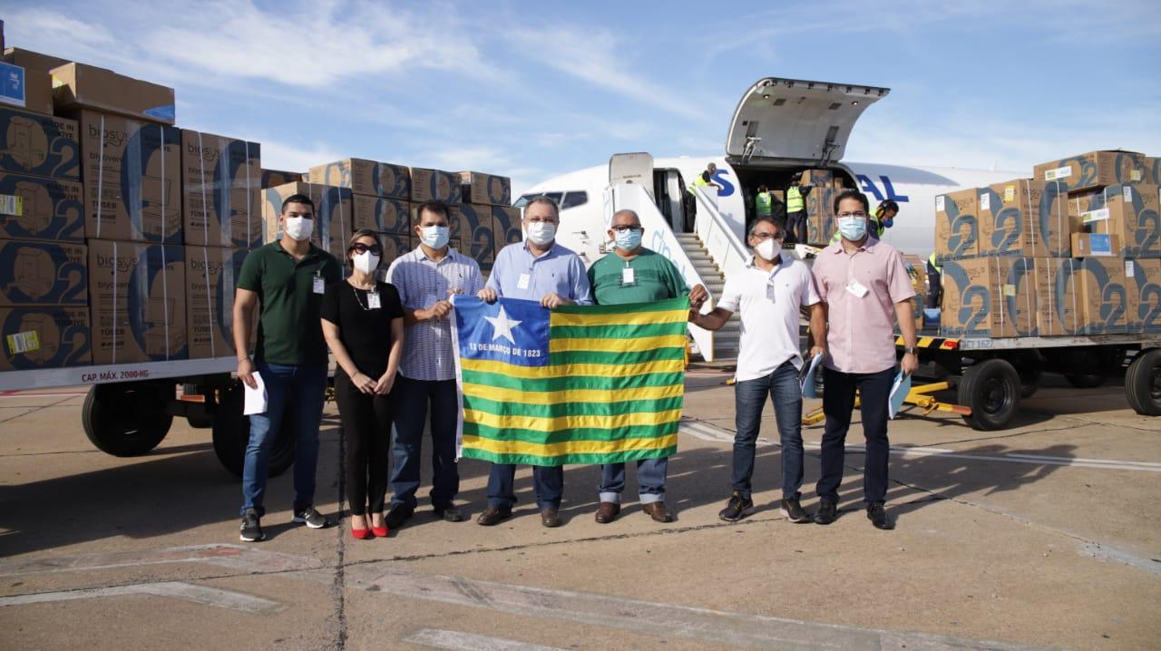 Florentino Neto recebeu os novos respiradores e posou com a bandeira do Piauí
