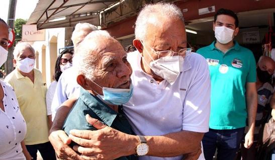 Dr. Pessoa abraça eleitor em visita a mercado público de Teresina