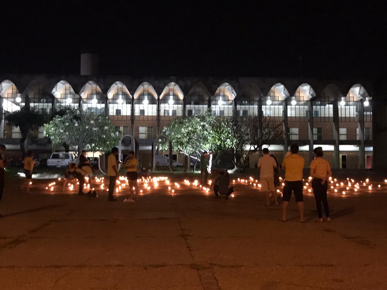 Velas acesas na frente da Assembleia Legislativa do Piauí